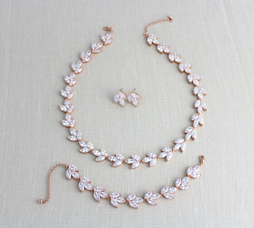 Rose gold Bridal necklace, earrings and bracelet. A perfect set for your wedding day or as a gift for your bridesmaids !