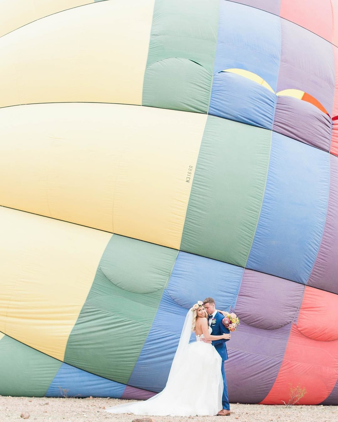 Handsdown the best way to elope in the desert, is in a HOT AIR BALLOON💗🎈