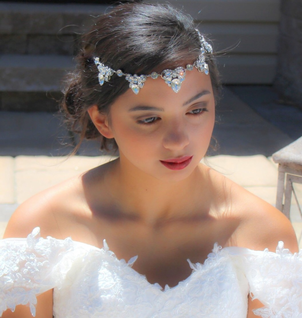A beautiful Swarovski crystal Wedding Forehead band that has a bohemian vibe and a vintage feel. Simply stunning !