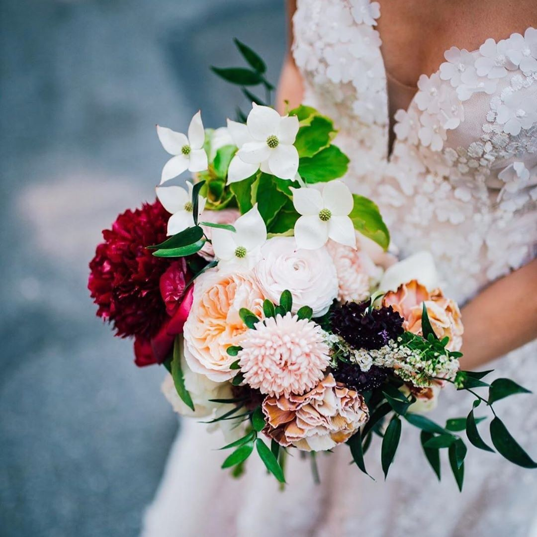 Floral details, beautiful bouquets, & the most fantastic start to forever.💞
