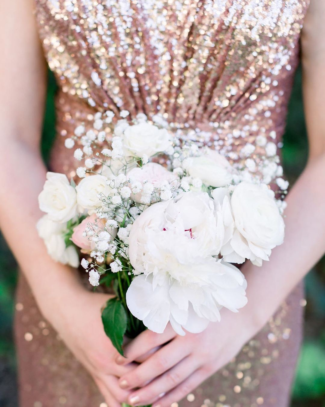 Simple bouquets, sparkling sequins, and the most gorgeous gold-filled wedding day.🌟