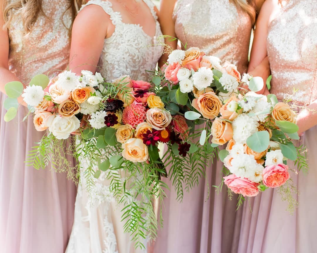 Colorful weddings are my jam 💕 How gorgeous are these florals by