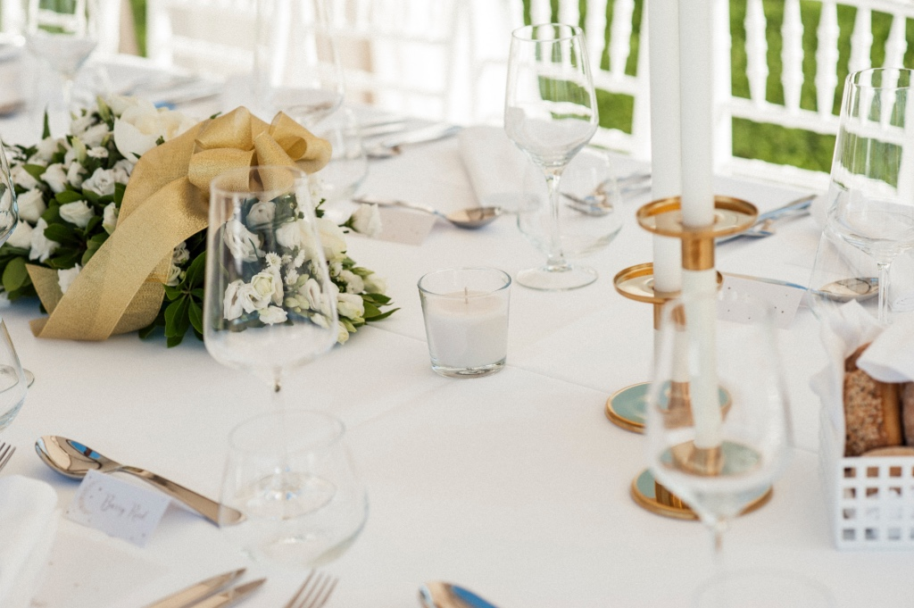 Chic white and gold themed table decoration