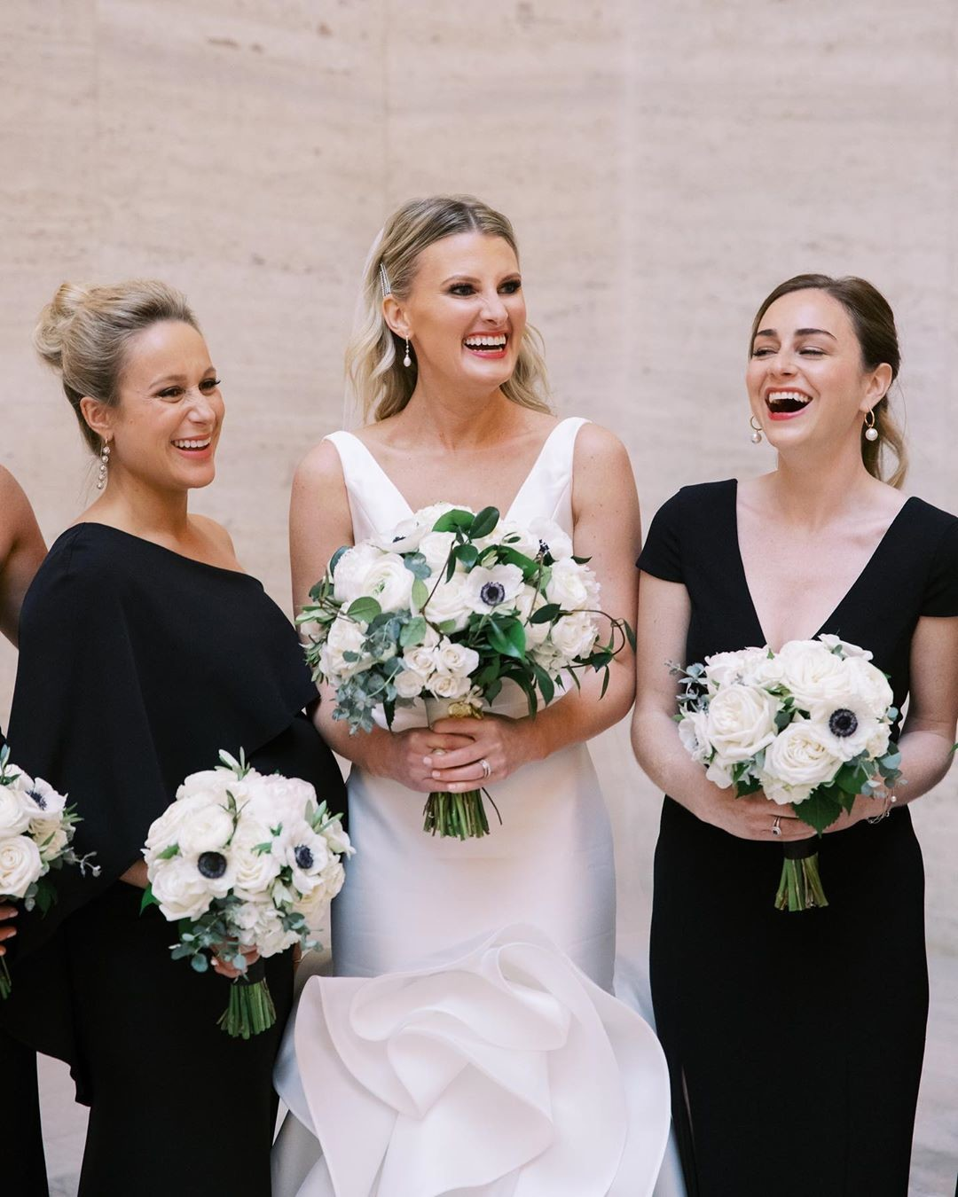 Monday morning mood inspired by this sweet, impeccably styled bride and her marvelous 'maids. (and those bouquets! ✨😍) Photo