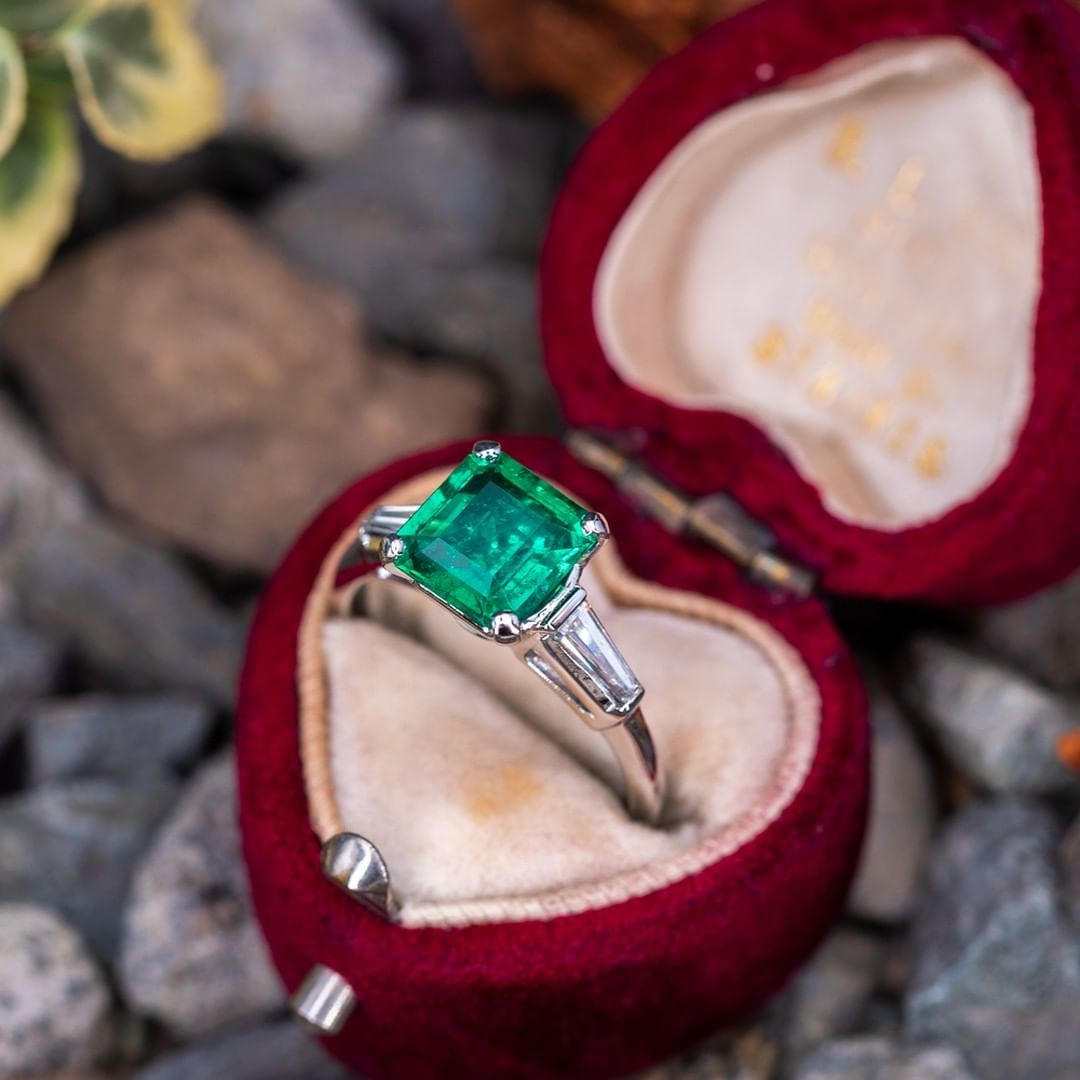 Vintage emerald nestled in an antique box ♥️