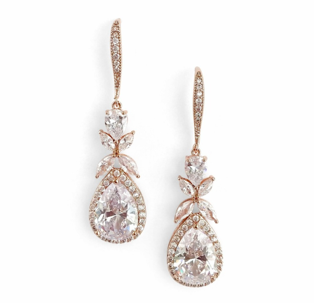 Take the guesswork out of styling for your special day with these glamorous bridal earrings. The Isabella earrings feature sparkling
