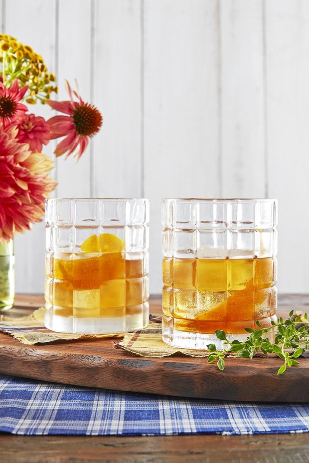 orange-thyme-old-fashioned-cocktail-recipe-1540581