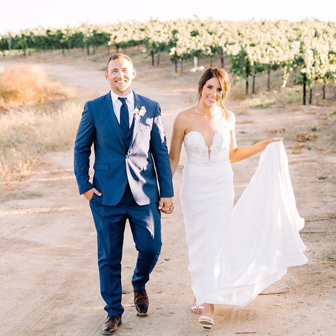 Walking into the weekend with love and wine! ❤️ if your doing the same and excited for the weekend! 👰🏻