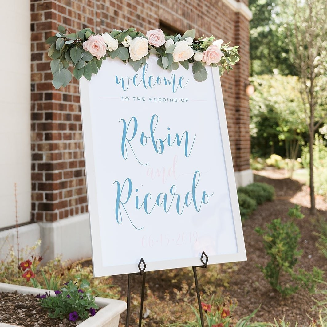 ⁠This looked like a beautiful, sunny day to get married, and pairing this welcome sign with these flowers is so stunning! 😍 (We