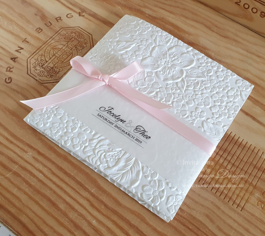 Floral pocket fold, elegant and modern to present your wedding with class.