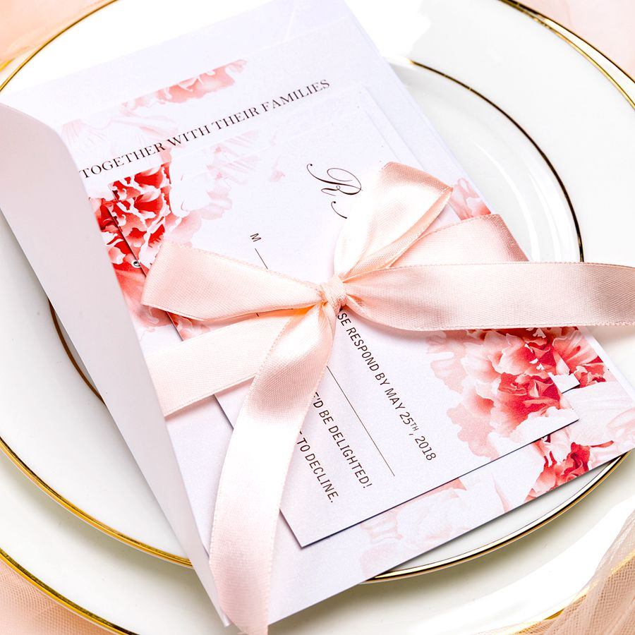This bohemian watercolor invitation combines a relaxed and pleasant design with elegant and classic gold elements. It's a radical balance