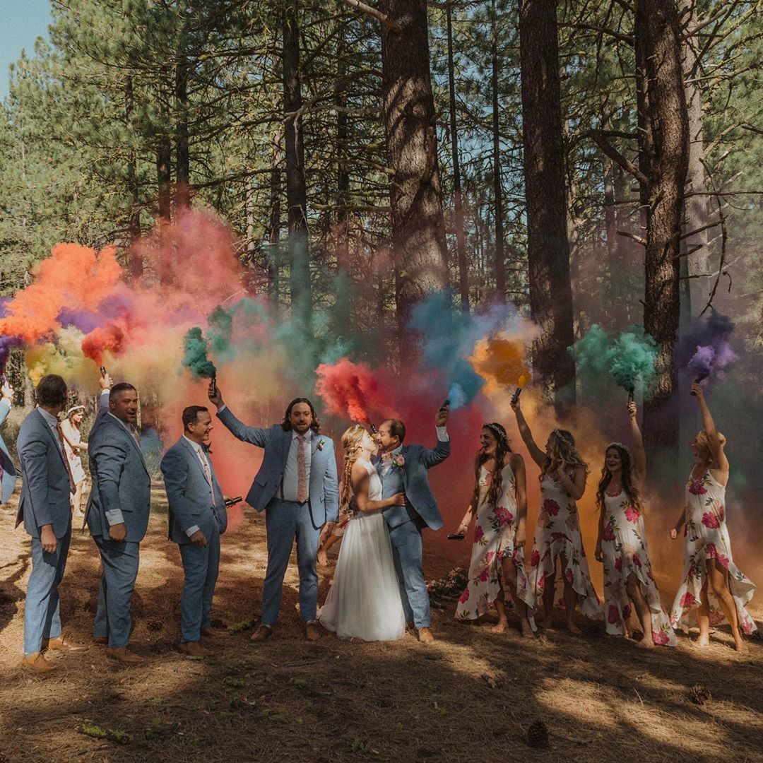 These two had a colorful smoke bomb exit at their wedding— and it was AMAZING! ・・・