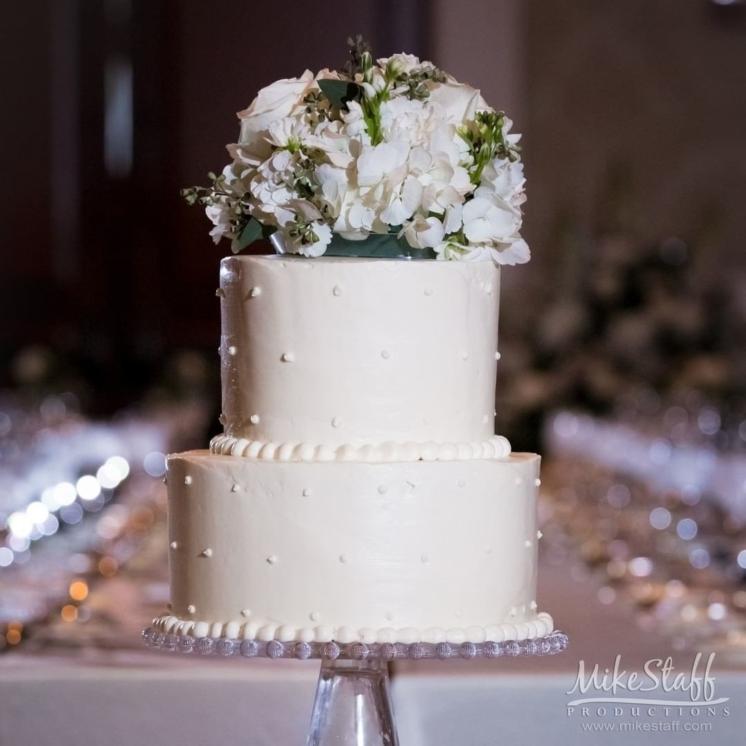 Who doesn't love cake?! Choosing your wedding cake is so fun, but when is the best time to cut your wedding cake at your reception
