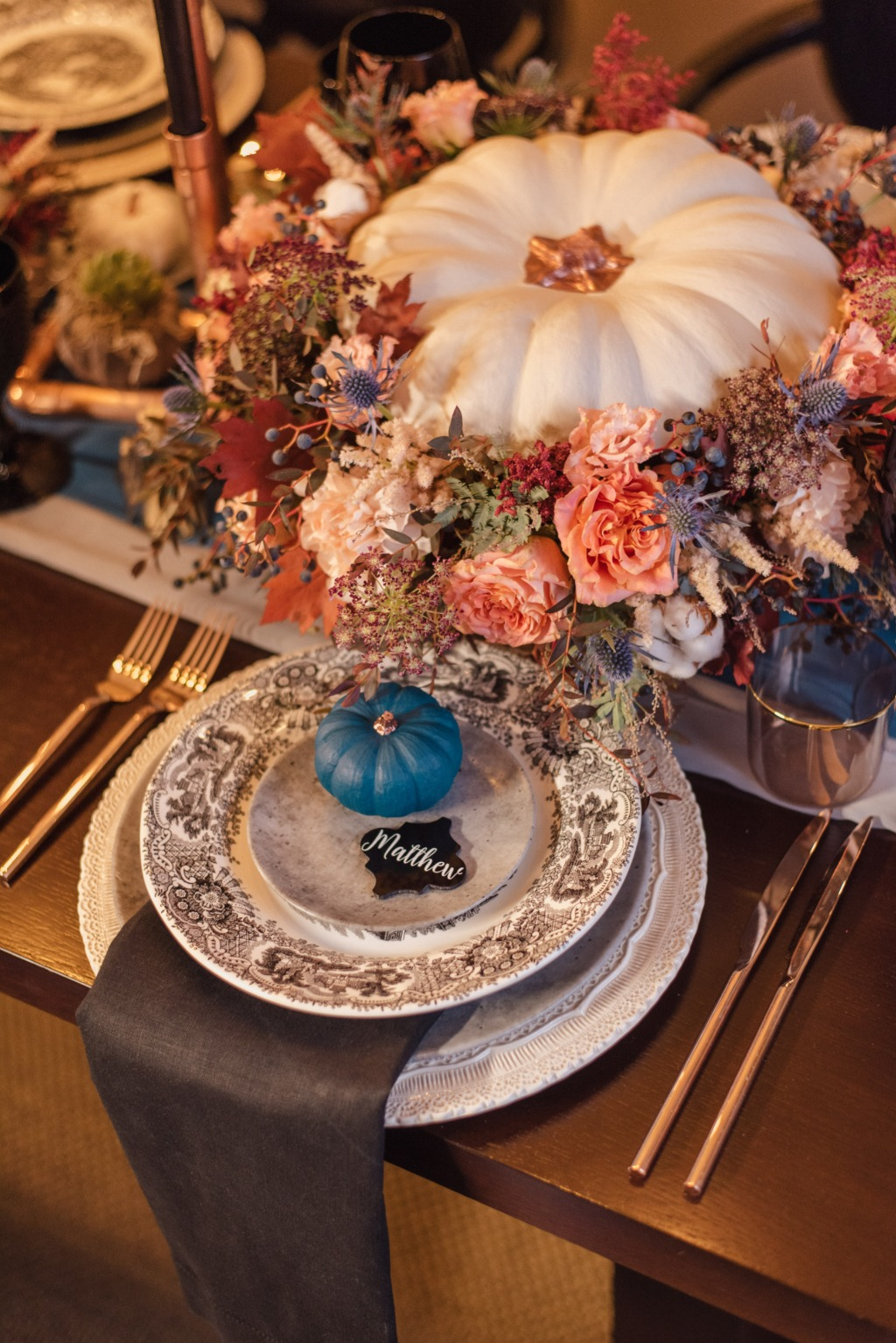 Stylish and elegant fall tablescape! In love with every detail! Copper pipes, amazing pumpkins and modern dinnerware!