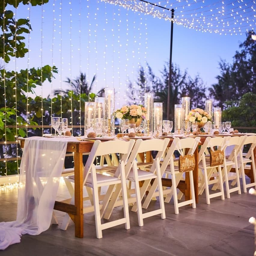 All kinds of lovely right here with this gorgeous tablescape under a canopy of stars at dusk. Pure romance for your Koh Tao wedding