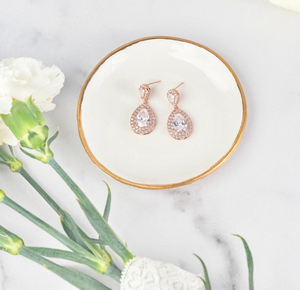 Looking for bridal earrings that sparkle and will have you looking like a classic beauty on your big day? The Harlow wedding earrings