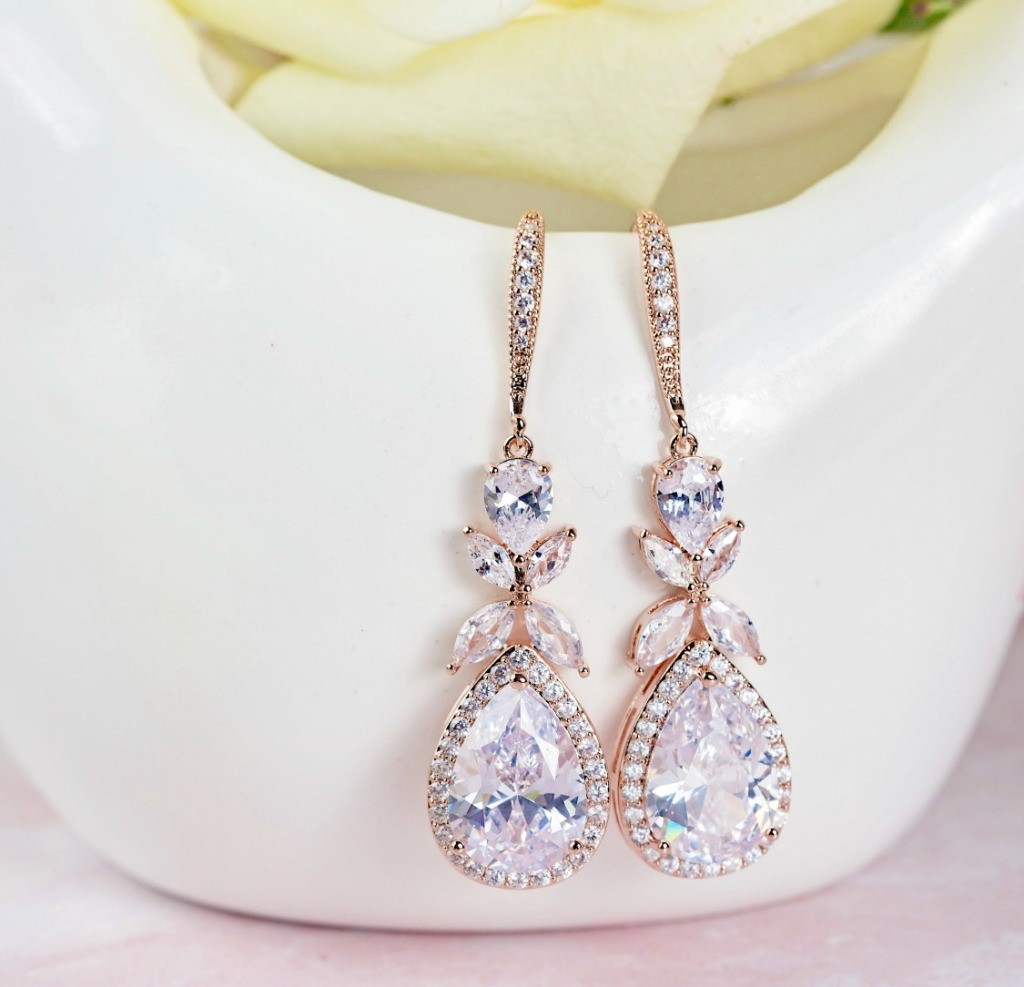 The Isabella teardrop bridal earrings are available in rose gold and silver and have captivating sparkle. Find these beautiful earrings