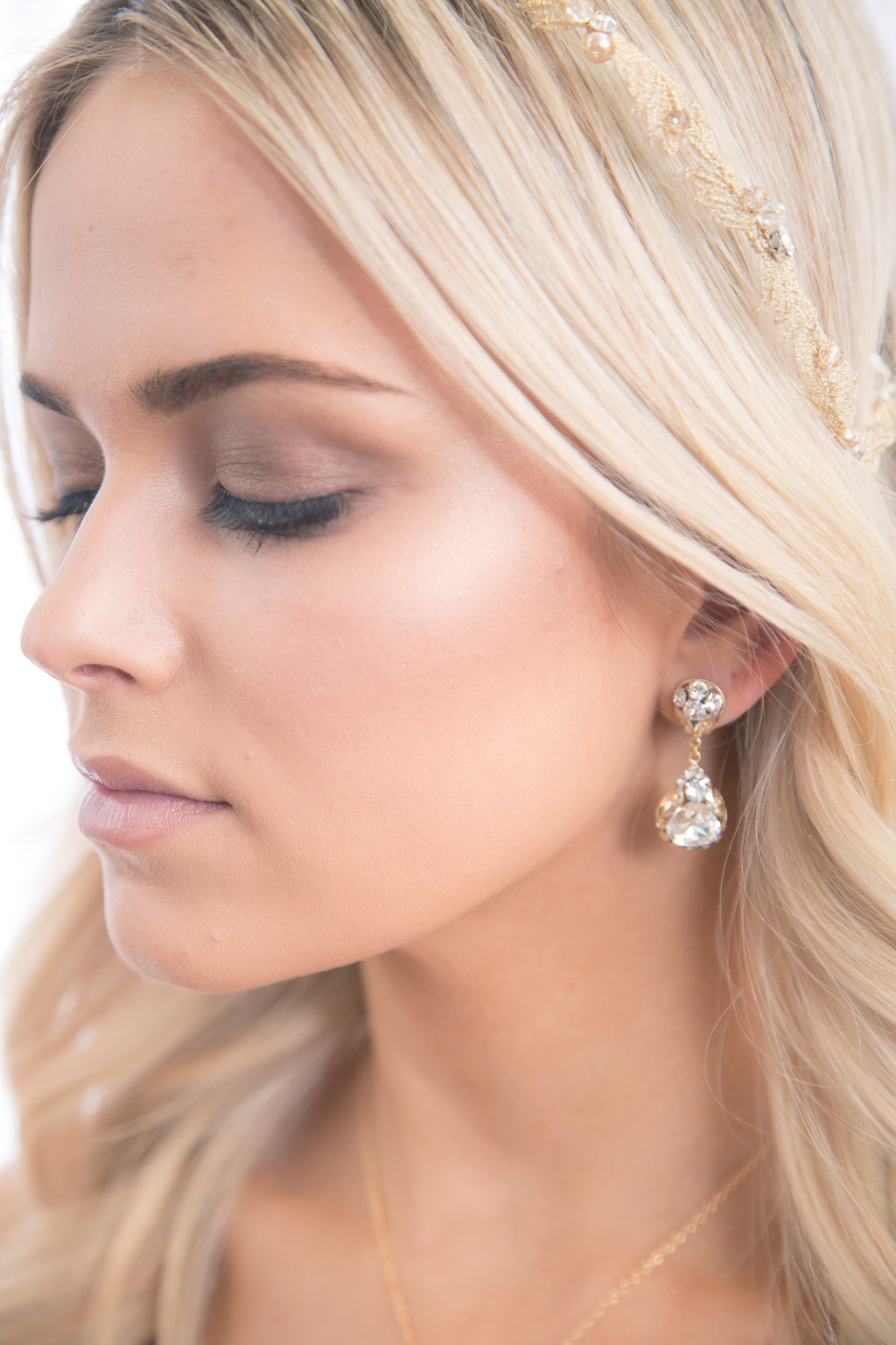 Looking for crystal bridal earring? Our crystal pave teardrop earrings you should not miss up. It is perfect for a modern glam bridal