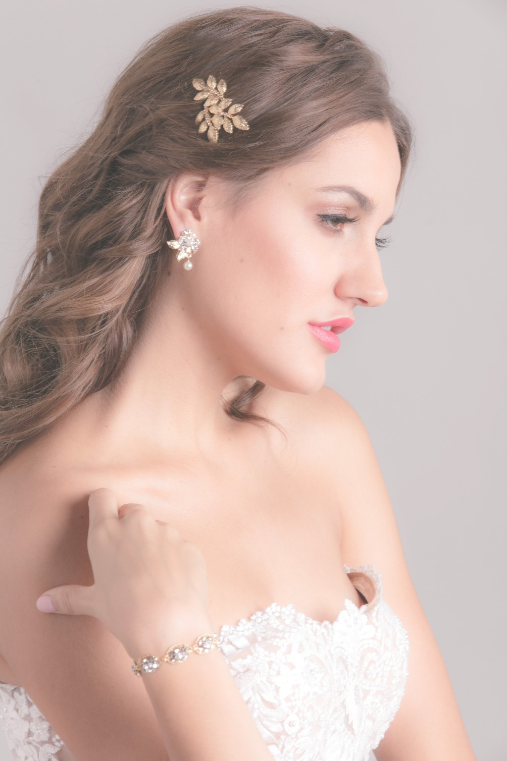 Looking for a delicate wedding hair accessory for the bride and bride maids? To create your unique hairstyle with Fauve leaf comb will