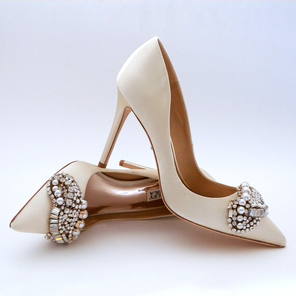 Classic ivory pump with a low cut side and spectacular ornatment at the toe. Ornament is a fabulous compliment to lace or classic