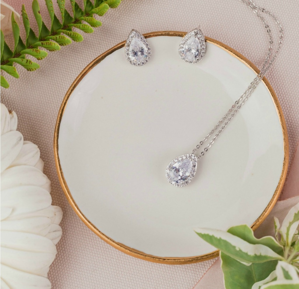 Looking for jewelry sets for your bridesmaids? The Josie teardrop jewelry set is the perfect accessory for your big day. Find more