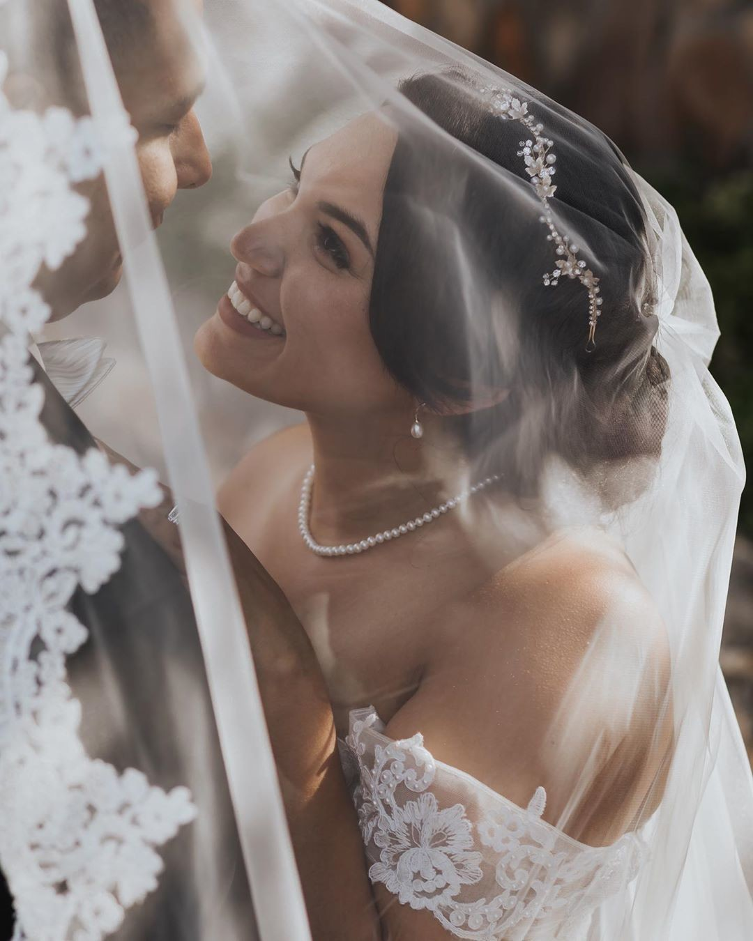 One of the many reasons why we love adding a veil to your wedding day look! 👰