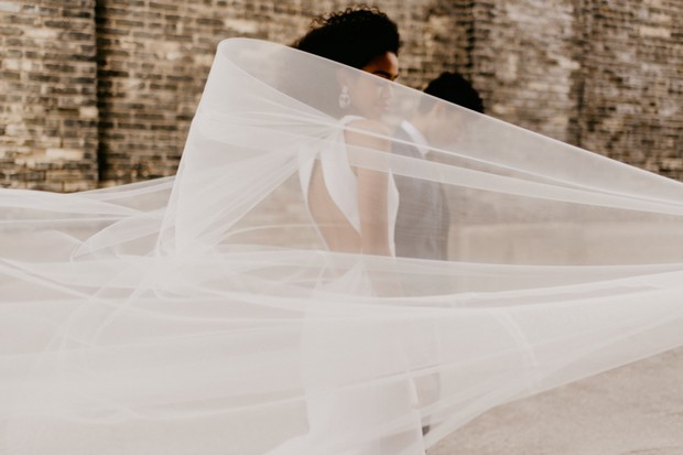 romantic veil wedding photo idea