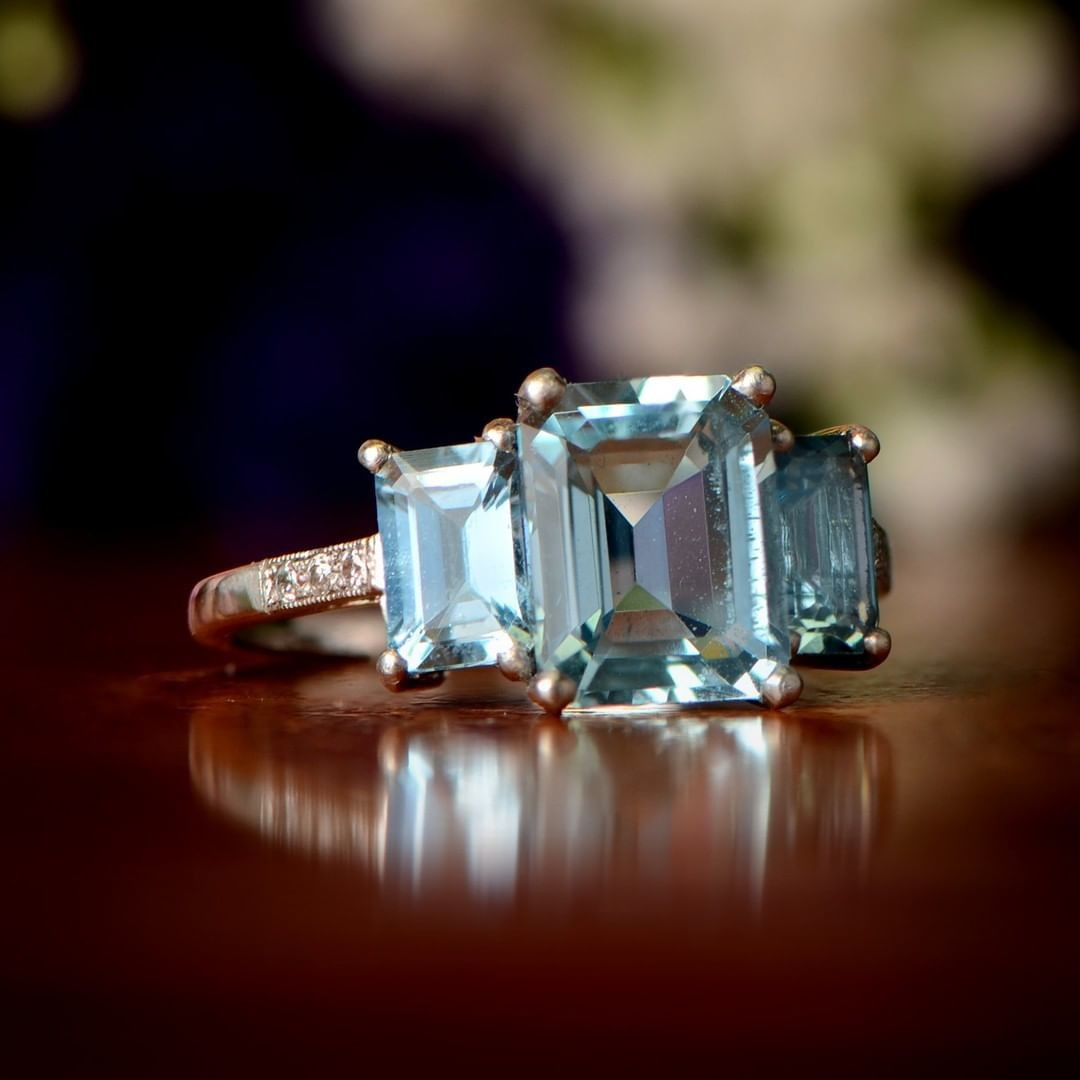 Describe this aquamarine ring with an emoji?