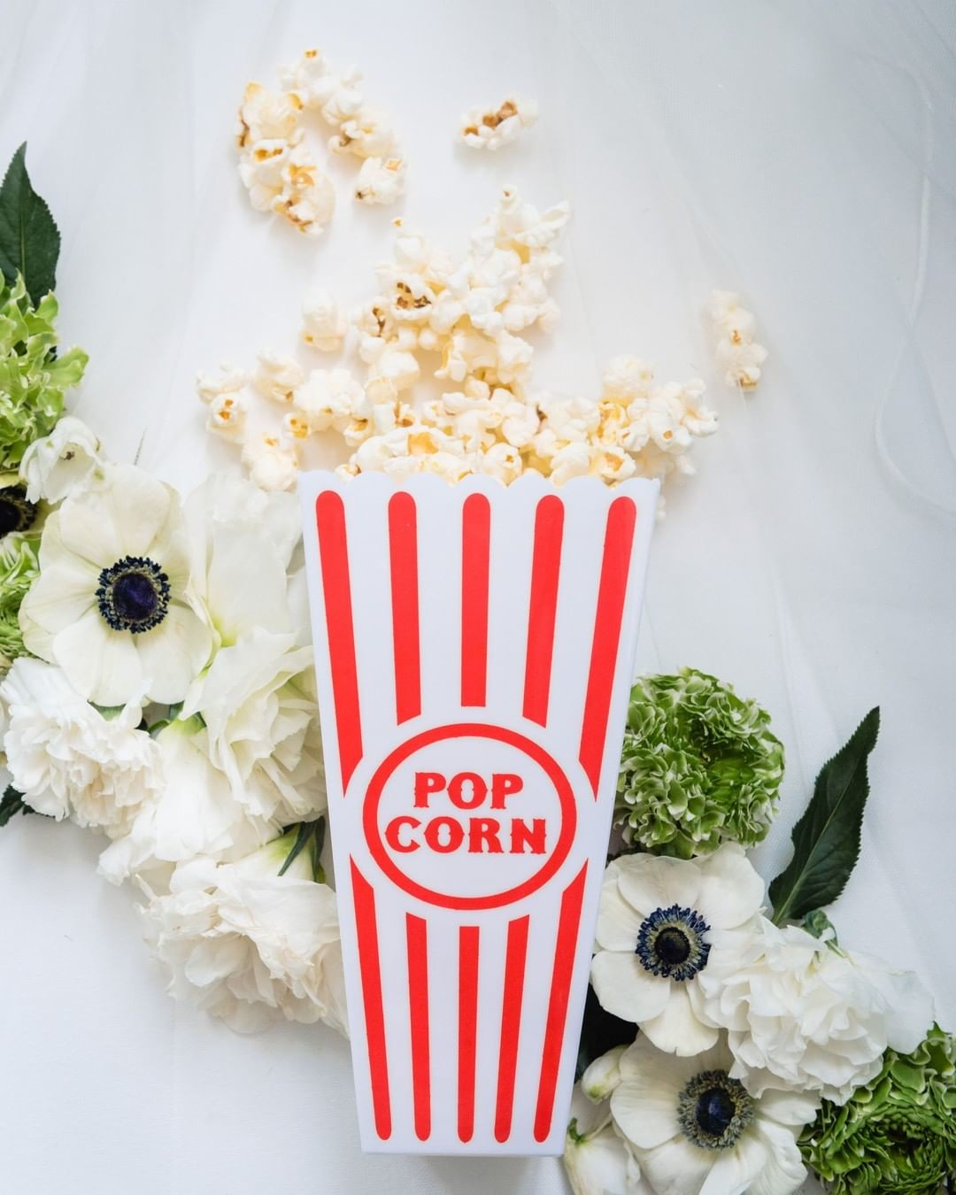 Freshly popped Pop Corn is a super fun hors d'oeuvres that this couple chose to show off their love for movies!⁣