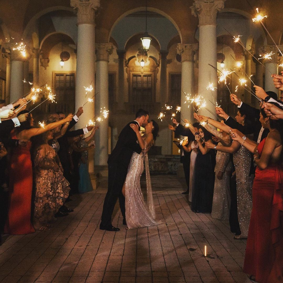 I'm a sucker for happy endings! Hello.... I mean happy endings to wedding receptions that end with sparklers! 🤪⠀