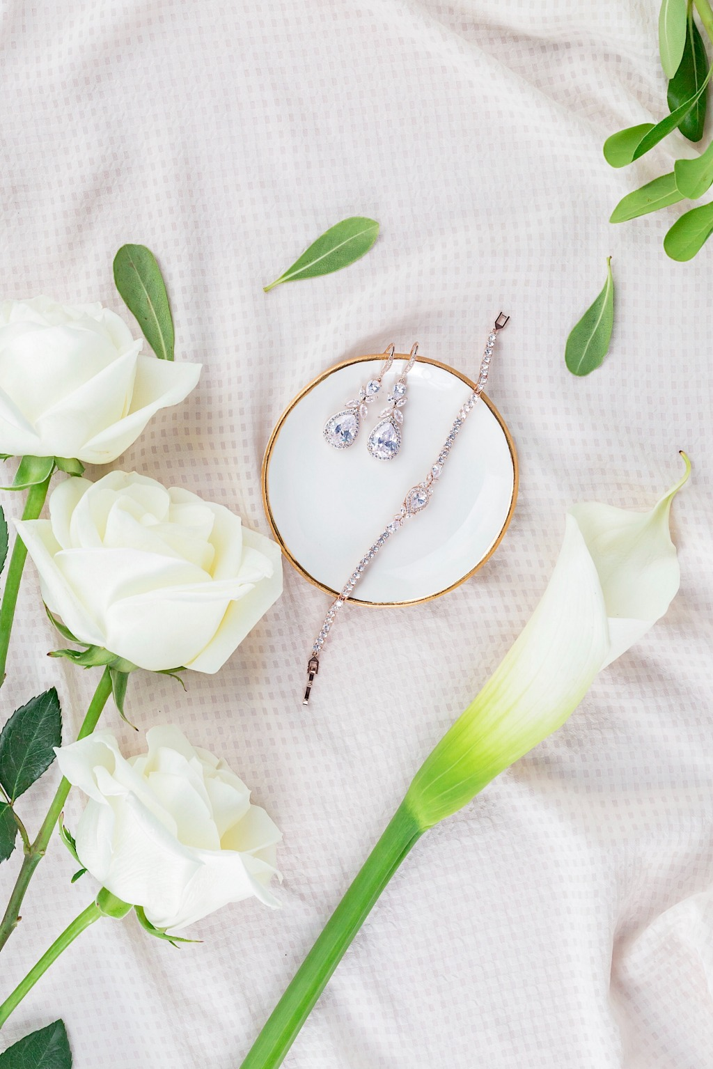 The Isabella jewelry set is the perfect accessory for today's bride.