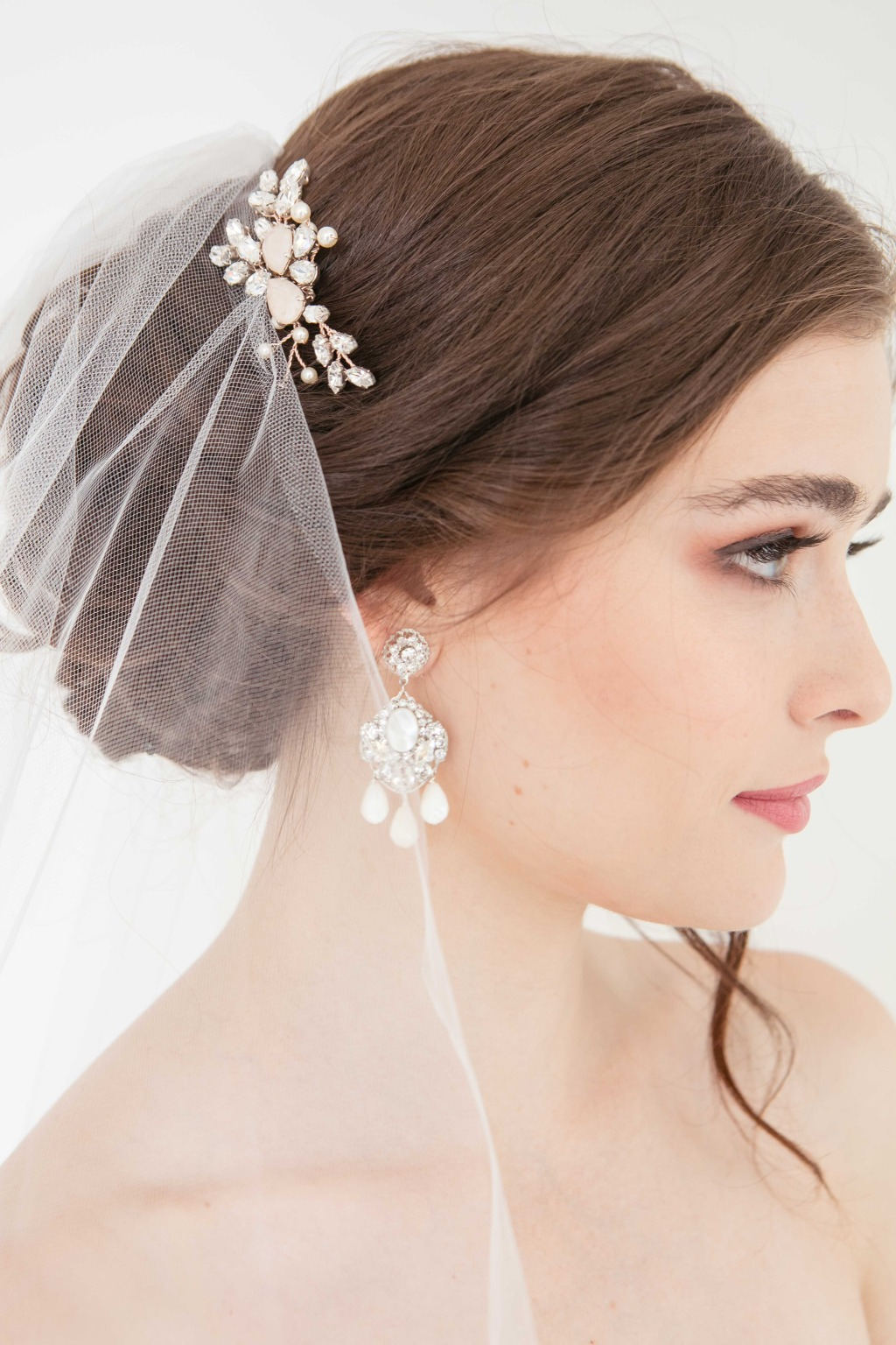 The beautiful bridal earrings and hair accessories from Laura Jayne! Click to learn more inspiration of bridal fashion look.