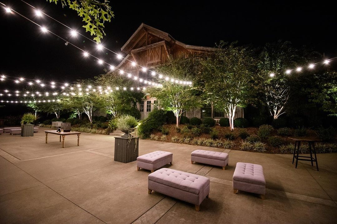 The perfect outdoor setting for fall weddings looks like this! Thanks to