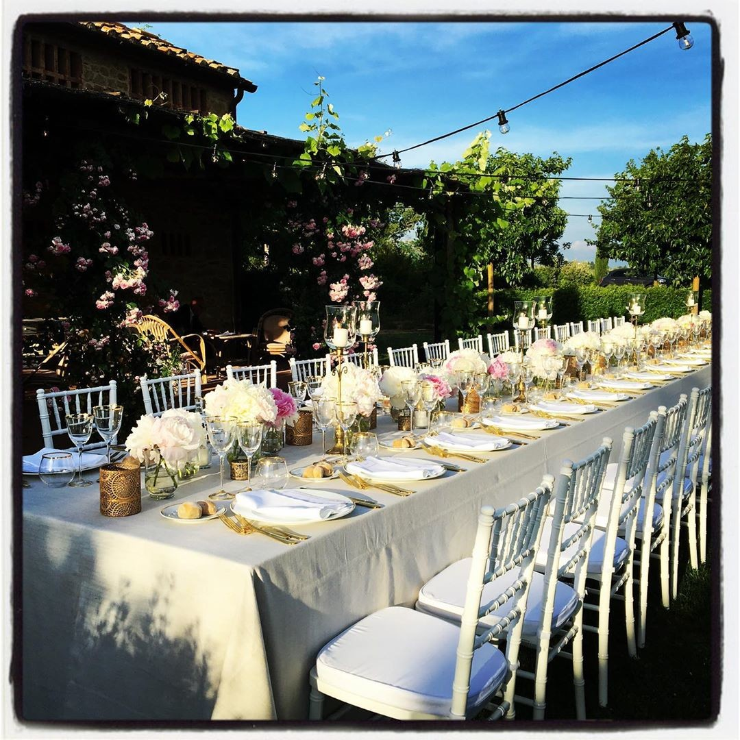 Have a look at this beautiful table setting for an intimate garden wedding. We love it, what do you think?