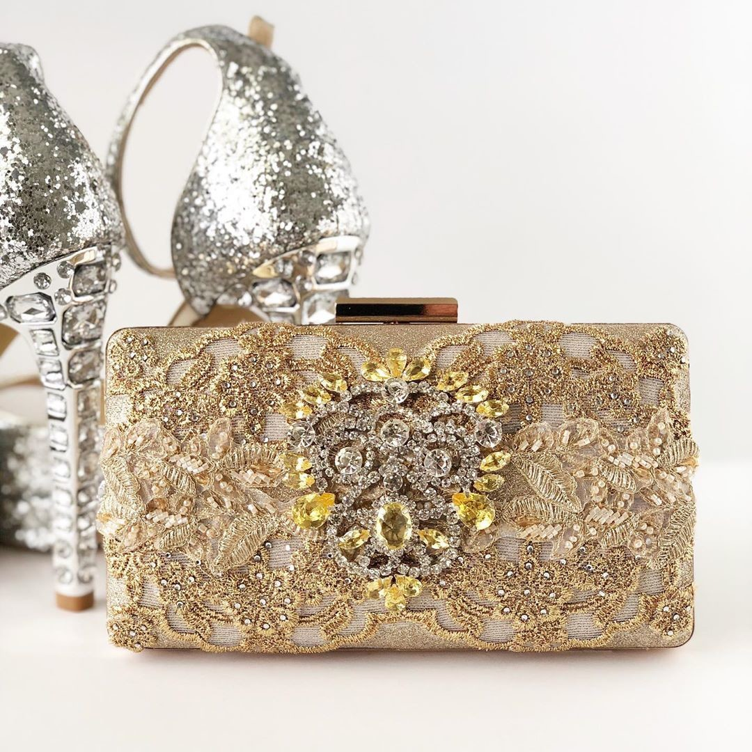 The holidays are fast approaching!!!🌲This stunning gold and rhinestone clutch is perfect for all those holiday parties!!!