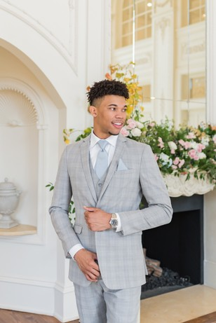 groom in patterned light grey suite