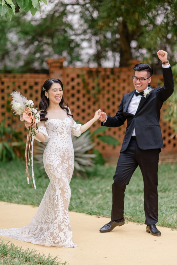 Garden wedding in coral and toffee