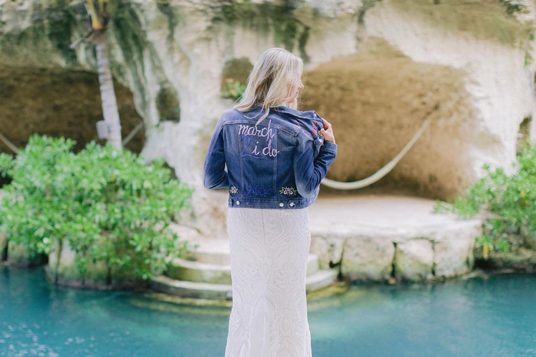Wondering how to rock a denim jacket with your wedding gown? This is how! 🔥