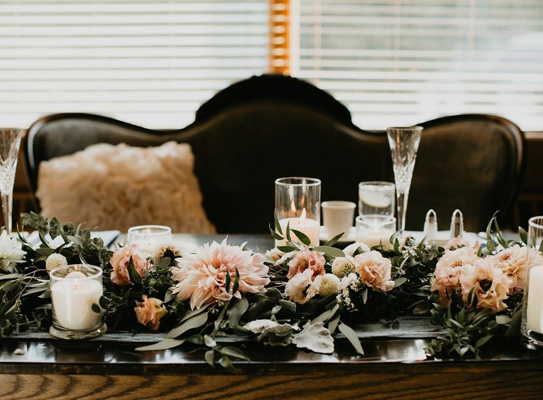 Adding a sofa to your sweetheart table... 👌😍 Snuggle up newlyweds!