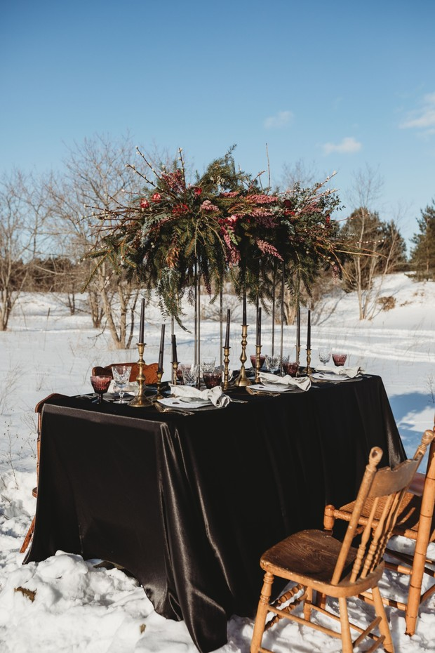 winter wedding table decor in black and gold
