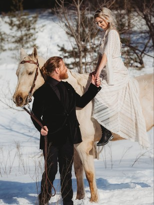 wedding couple in the winter