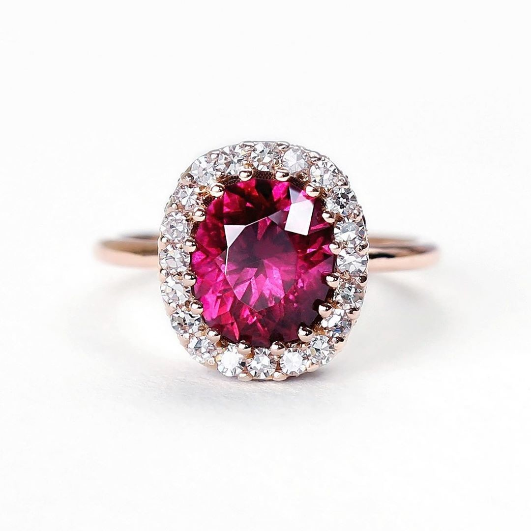 😍😍😍 How beyond is this ring! In love with this juicy gemstone and this ring's bright ruby studded gallery. Click the link