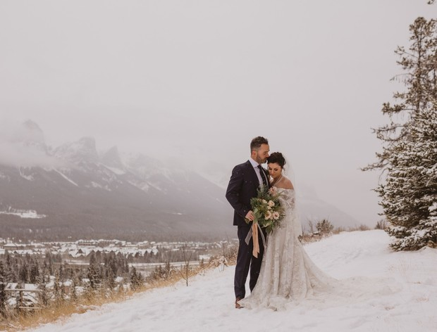 wintertime wedding photo idea