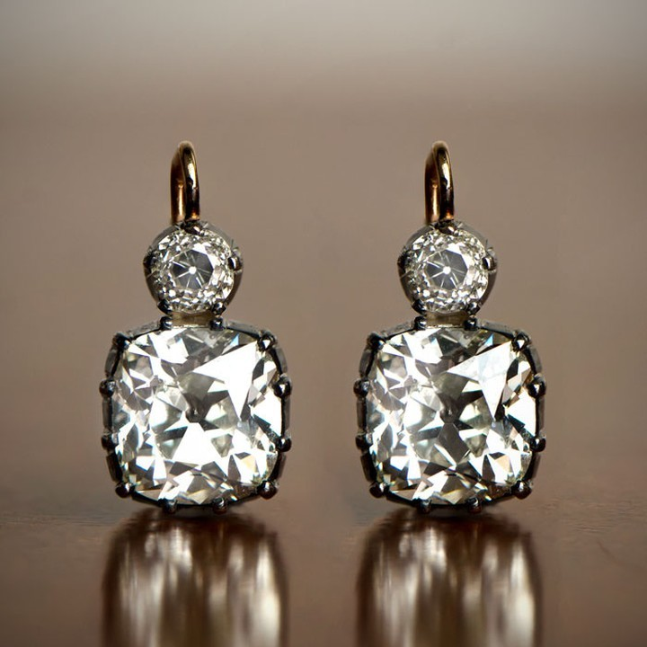 Describe these earrings with a word beginning with D ?