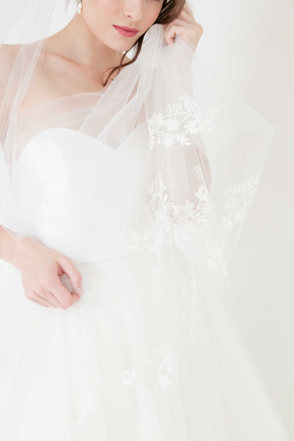 The delicate wedding veil details