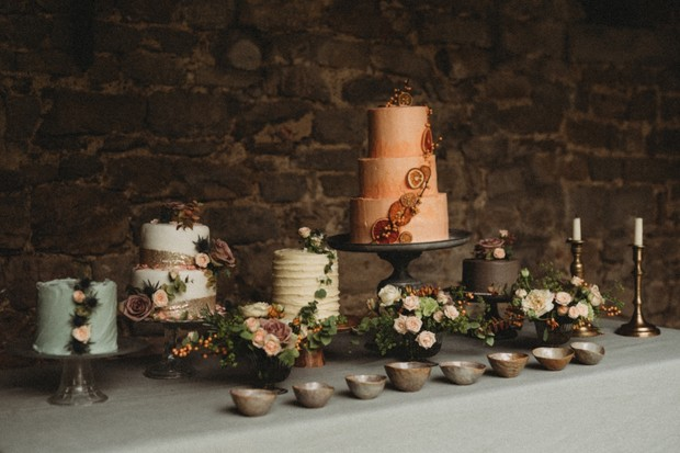 wedding cakes decorate with live flowers