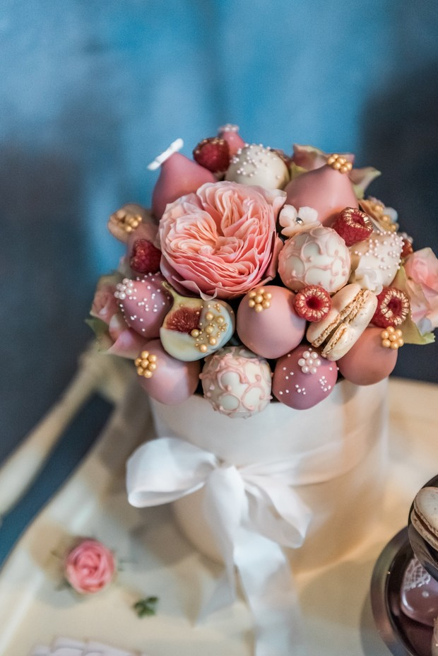chocolate-coated strawberry bouquet wedding cake from PolaBerry