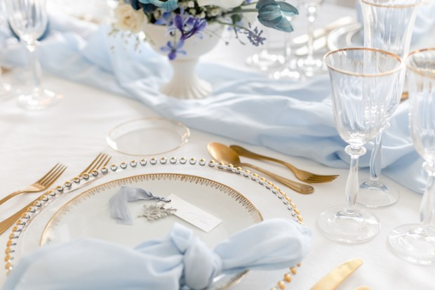 gold blue and white wedding table decor