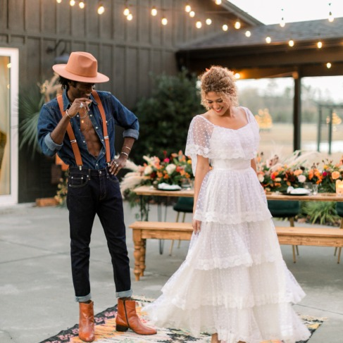 https://www.weddingchicks.com/blog/rustic-modern-boho-wedding-vibes-l-18059-l-41.html
