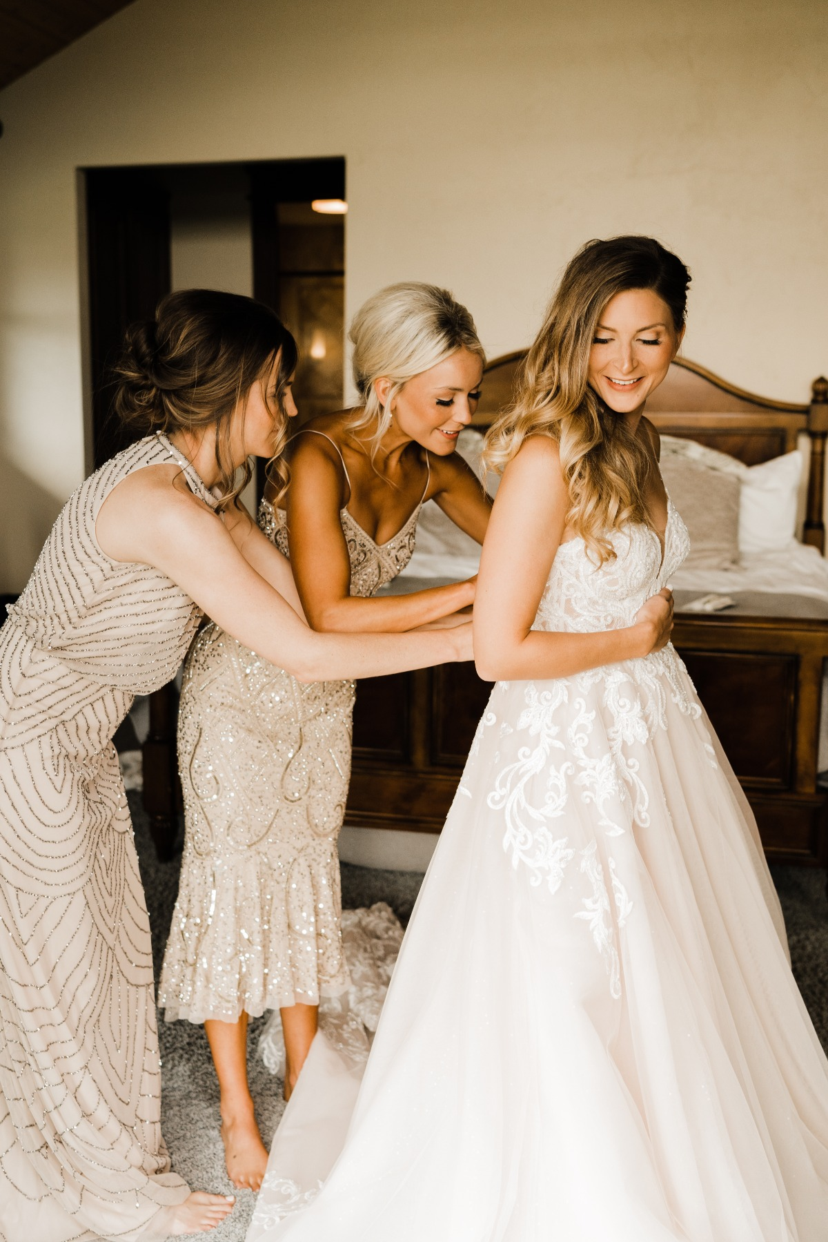 getting ready pose ideas with bridal party
